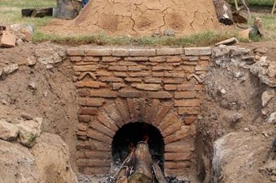 Cuisson De Poteries Dans Un Four Gallo-romain à Le Vieil Evreux