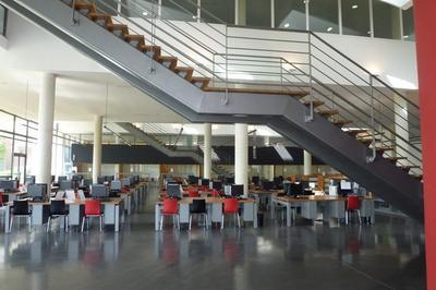 Découvrir Une Bibliothèque Universitaire Et L'exposition Eau Fil Du Temps à Guyancourt