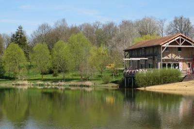 Déjeunez Sur L'herbe Le Long Des Berges D'un étang Presque Millénaire à La Puye