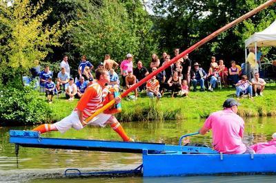 Démonstration Sportive De Joutes Sur La Saône à Saint Symphorien d'Ancelles