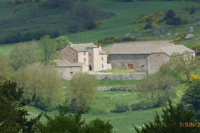 Domaine Du Château De Combettes : Ferme-forte Médiévale En Margeride à Ribennes