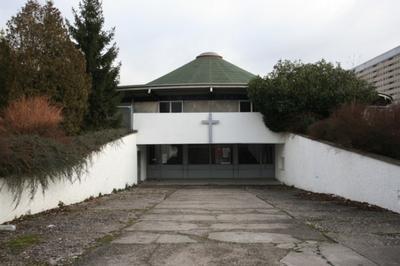 Drôle D'église ! Une Tente Au Milieu Des Immeubles... à Nancy