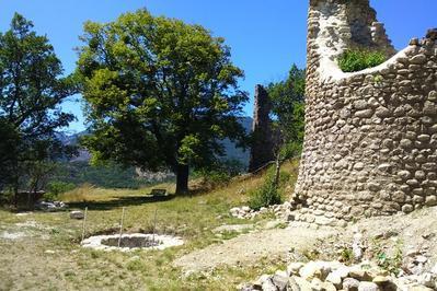 Eglise St Pierre Aux Liens Et Les Ruines Du Château à Aspremont
