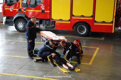 Exercices De Secours À Personnes, Assurés Par Des Jeunes Sapeurs-pompiers (jsp) à Troyes