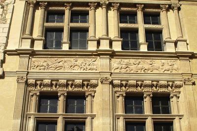 Exposition Sur Les Monuments Emblématiques De Viviers Et Commentaire De La Façade De La Maison Des Chevaliers