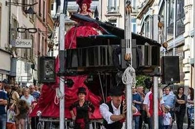 La Diva Et Son Piano Sur Échasse à Allauch