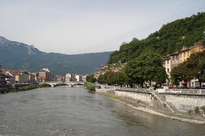La Rivière Et La Ville à Grenoble