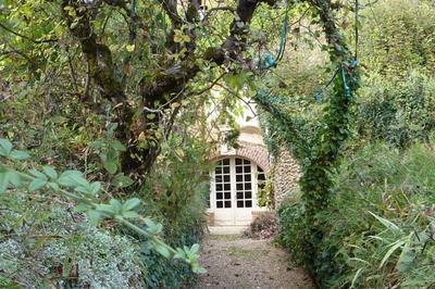 Laissez-vous Guider À Travers Les Ruelles Et Escaliers Du Village Troglodyte à Troo