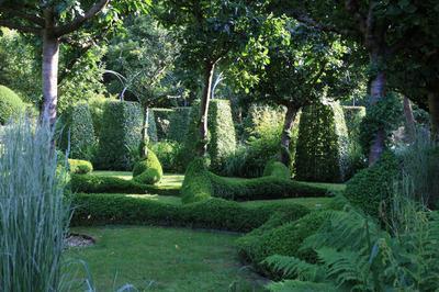 Le Jardin Du Grand Launay : Autour D'un Manoir-ferme Du 17e Siècle, Un Parcours Contemporain, D'arbres, De Topiaires, De Vivaces Et D'eau à Lanrivain