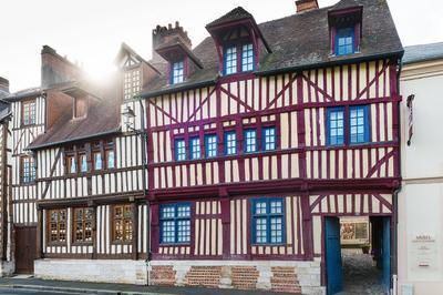 Le Musée D'art Et D'histoire Insolite à Lisieux