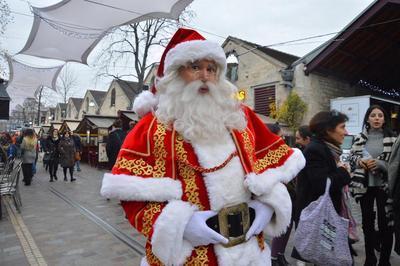 Le Père Noël pose son traineau Cour Saint Emilion à Paris 12ème
