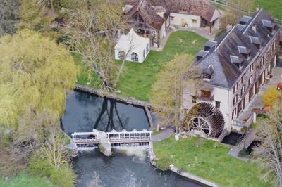 Moulin À Eau Et Son Immense Roue À Aubes à Saint Prest