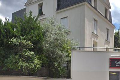 Pose D'une Plaque Sur La Maison Rue Auguste Gervais En Présence D'une Descendante De La Famille Hugo. à Issy les Moulineaux