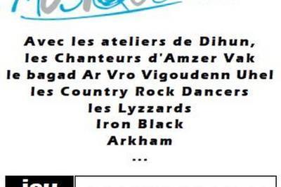 Scène De La Commune Et Des Associations Avec Les Musiciens De La Boîte à Musique à Ploneour Lanvern