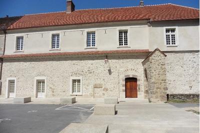 Un Édifice Conventuel Sauvé Par Des Fous Du Patrimoine. à Baye