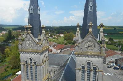 Une Église À Deux Clochers Protégée Au Titre Des Monuments Historiques. à Euville