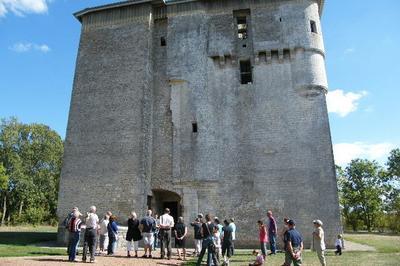 Visite Commentée De La Tour De Moricq Par Des Enfants De Cm2 En Présence D'un Guide Bénévole à Angles