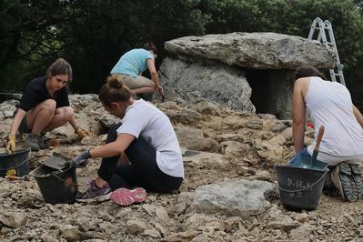 Visite Du Chantier De Fouille Archéologique Du Dolmen De La Combe De Bonne Fille. à Grospierres
