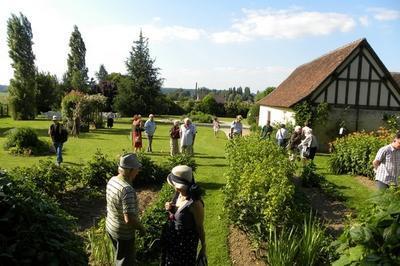 Visite Du Jardin Des Arts Qui Met En Valeur Une Grange à Colombage Du Xviie Siècle. à Melay