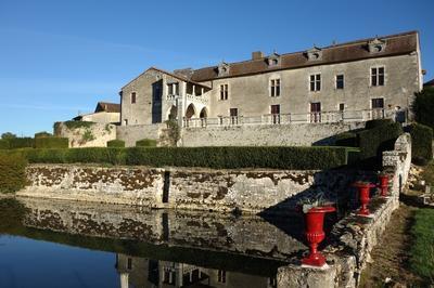 Visite Guidée D'un Château Médiéval Remanié Au Fil Du Temps à Surin