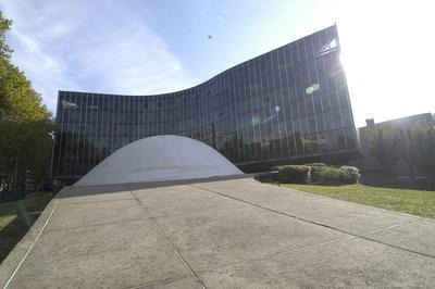 Visite Libre Au Coeur Des Courbes D'oscar Niemeyer à Paris 19ème