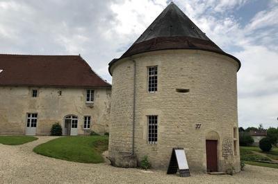 Visitez Une Tour Renaissance Et Admirez La Collection D'outils Et Ustensiles Anciens Qu'elle Renferme à Villars en Azois