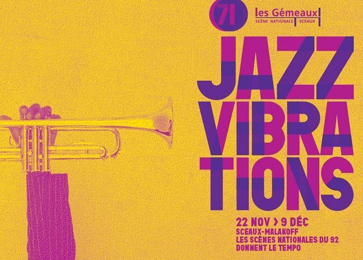 Alex Dutilh tend son micro à Jazz Vibrations à Malakoff