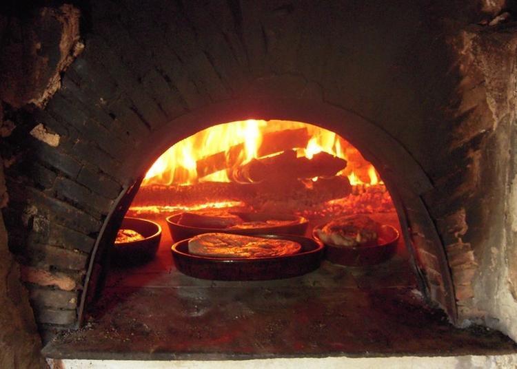 Cuisson De Pâtisseries Et Pâtés Dans Le Four à Pain à Le Noyer