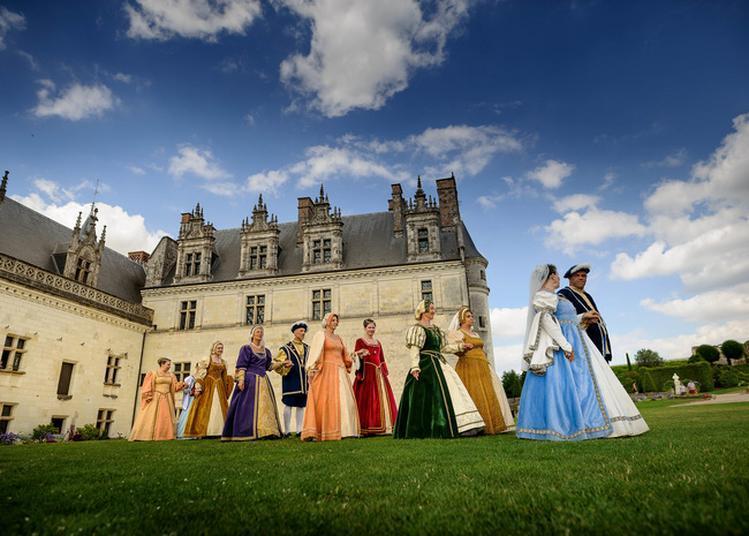 Déambulations De Personnages Costumés Dans Les Jardins Et Le Logis Royal à Amboise