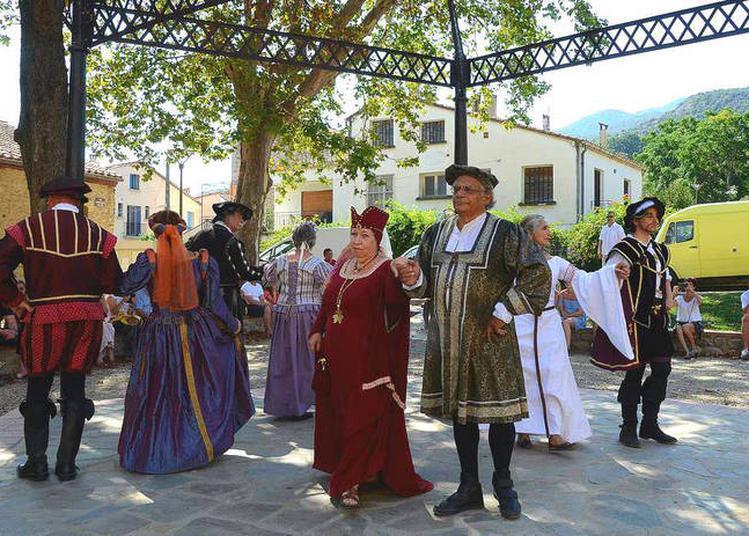 Démonstrations De Danse Médiévale En Costume à Collioure