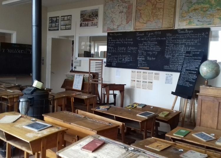 Dictée à La Plume Métallique Dans Une École-musée à Boulogne sur Mer
