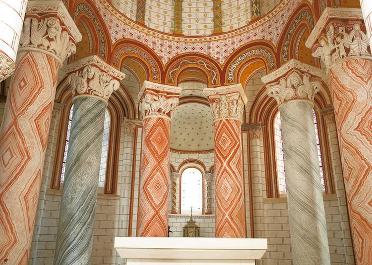 Entre Sculpture, Luminosité Et Couleur, Venez Découvrir Un Bijou De L'art Roman! à Chauvigny