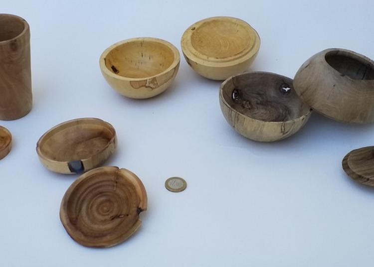 Exposition D'objets En Bois à Le Luc