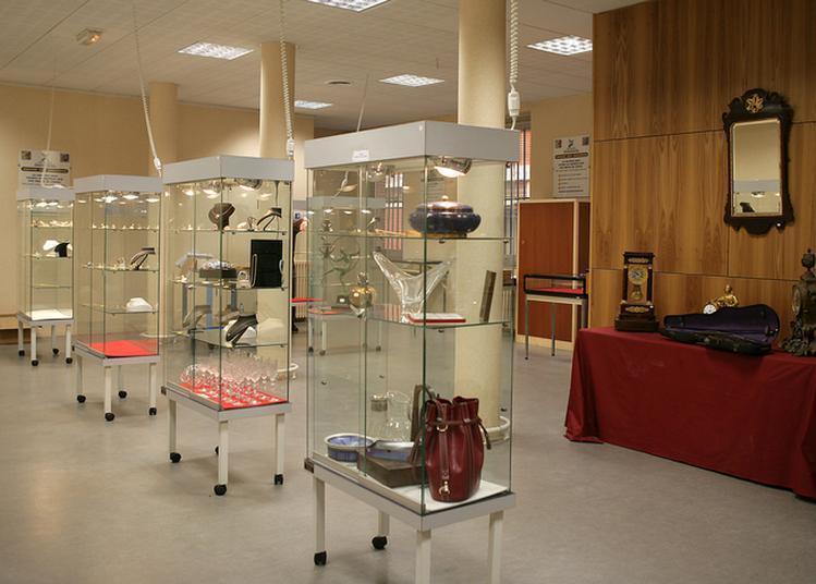 Exposition De Bijoux Et D'objets D'art Présentés à La Prochaine Vente Aux Enchères à Toulouse