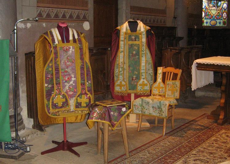 Exposition De Chasubles Et De Bannières Religieuses à Saint Romain