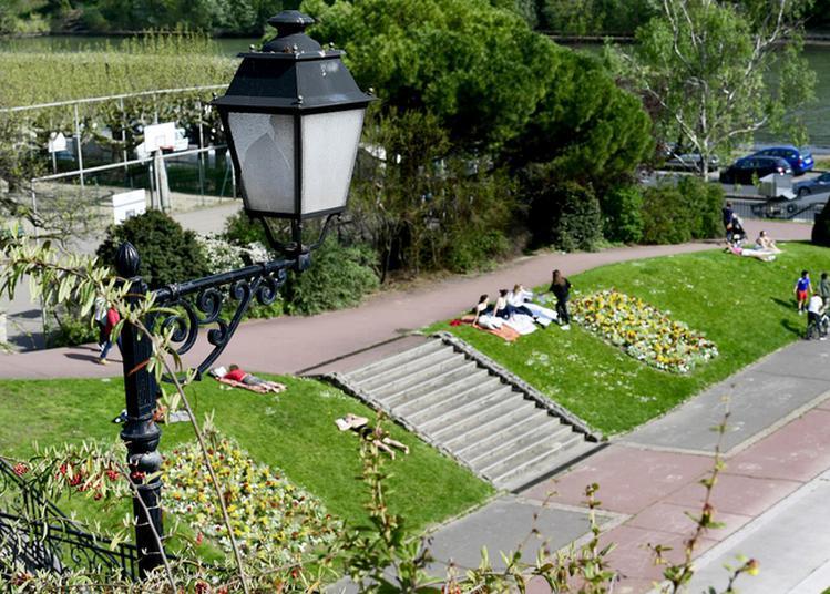 Jeu De Piste Dans Le Parc De Bécon à Courbevoie