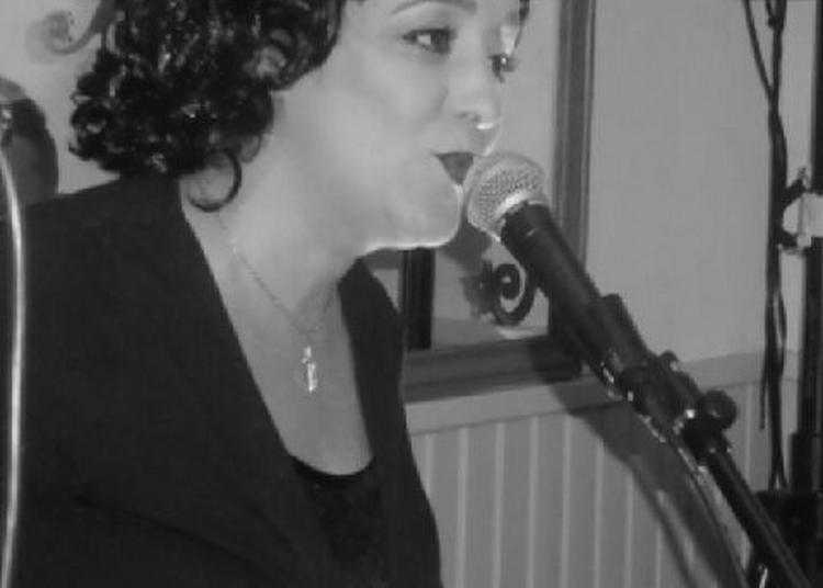 Karine d'auria chante piaf à Saint Etienne