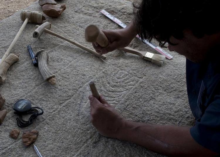 La Gravure Sur Pierre Au Néolithique à Carnac