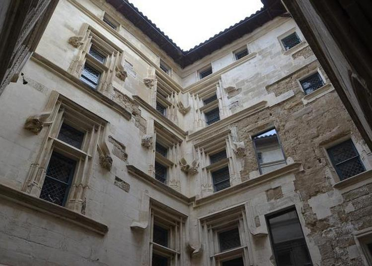 Les Restaurations De La Cour Intérieure De La Maison Des Têtes à Valence