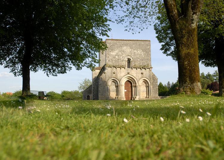 Partez à La Découverte D'un église Charentaise Du XIIe Siècle à La Rochette