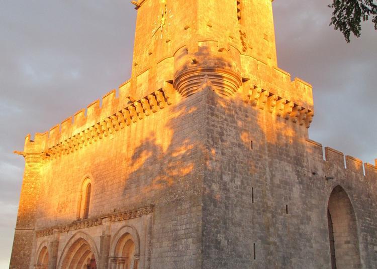 Poussez Les Lourdes Portes En Chêne D'une église Fortifiée Et Accédez à Ses Remparts ! à Esnandes
