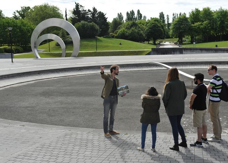 Présentation Du Campus Universitaire Par Des Étudiants. à Guyancourt