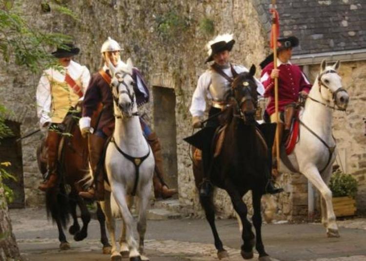 Reconstitution Historique à Cheval Et En Costume à Guimiliau