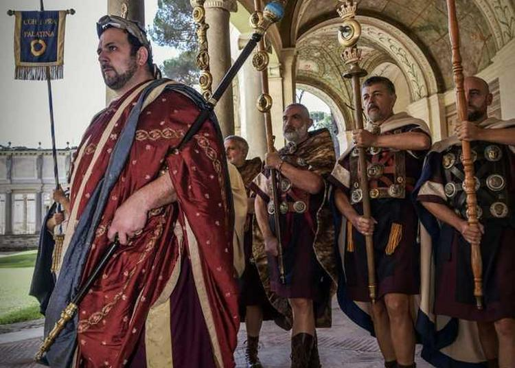 Reconstitution Historique : L'empereur Hadrien Et Sa Cour Arrivent À Cemenelum à Nice