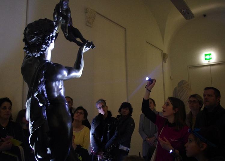 Visite à La Lampe De Poche Dans La Galerie Des Sculptures à Montpellier
