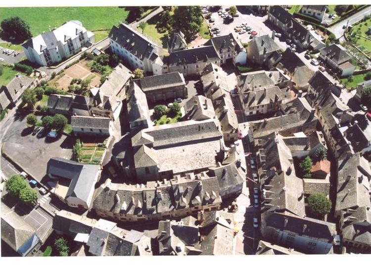 Visite Guidée Du Village à Montsalvy